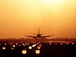 Symboldbild Freier Personenverkehr, landendes Flugzeug