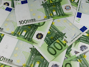 Symbolbild Freier Kapitalverkehr, man sieht mehrere 100 Euro Scheine